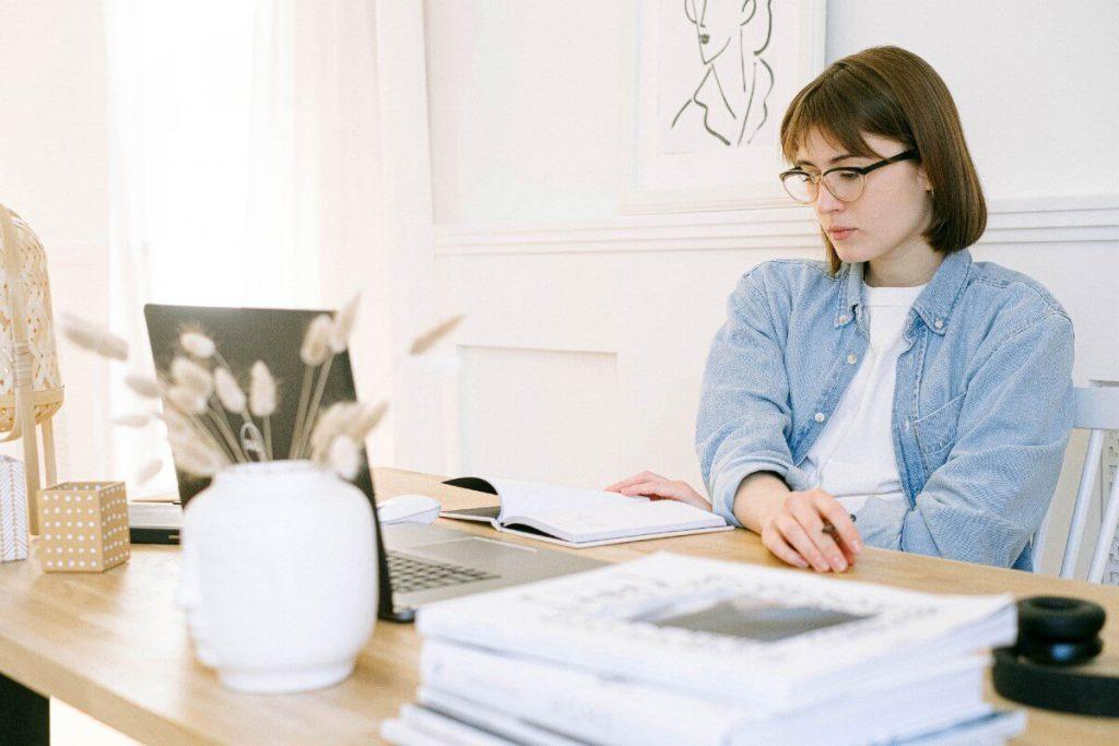 mujer leyendo un blog